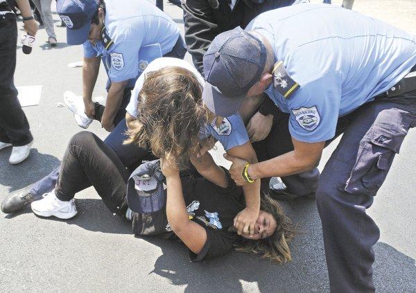 policia golpeando