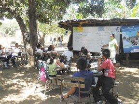 escuela bajo los árboles