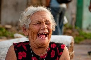 anciana en carcajadas