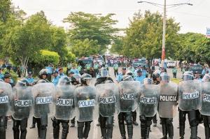 Managua,Nicaragua 27/10/2015: Un cordon de antimotines resguardaba la pasada de los semaforos de la robelo en carretera norte durante una protesta contra el canal interocianico de Nicaragua. foto: Jorge Torres/La Prensa