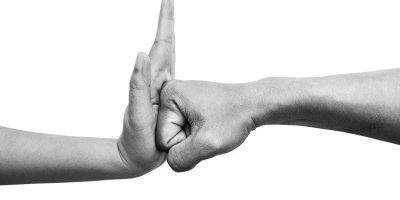 Puño contra palma: No más violencia hacia las mujeres